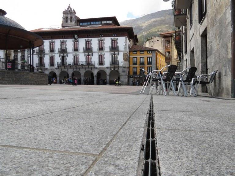Schlitzrahmen auf der Plaza Mayor (Hauptplatz) in einer historischen baskischen Stadt