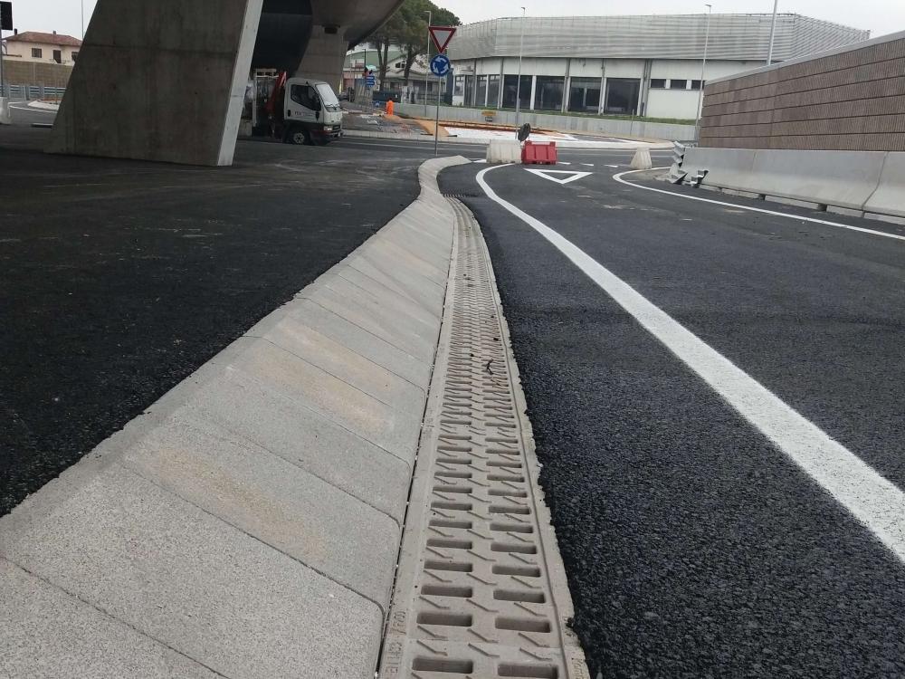 KOMPAQDRAIN®-Rinnen in einer Strasse Norditaliens