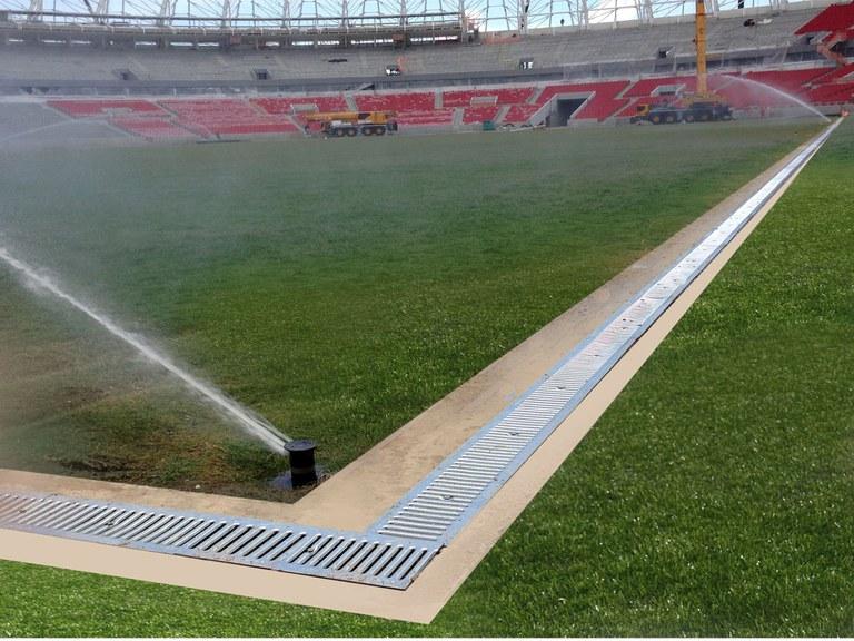 Entwässerungsrinnen im Stadion Beria Río, Brasilien