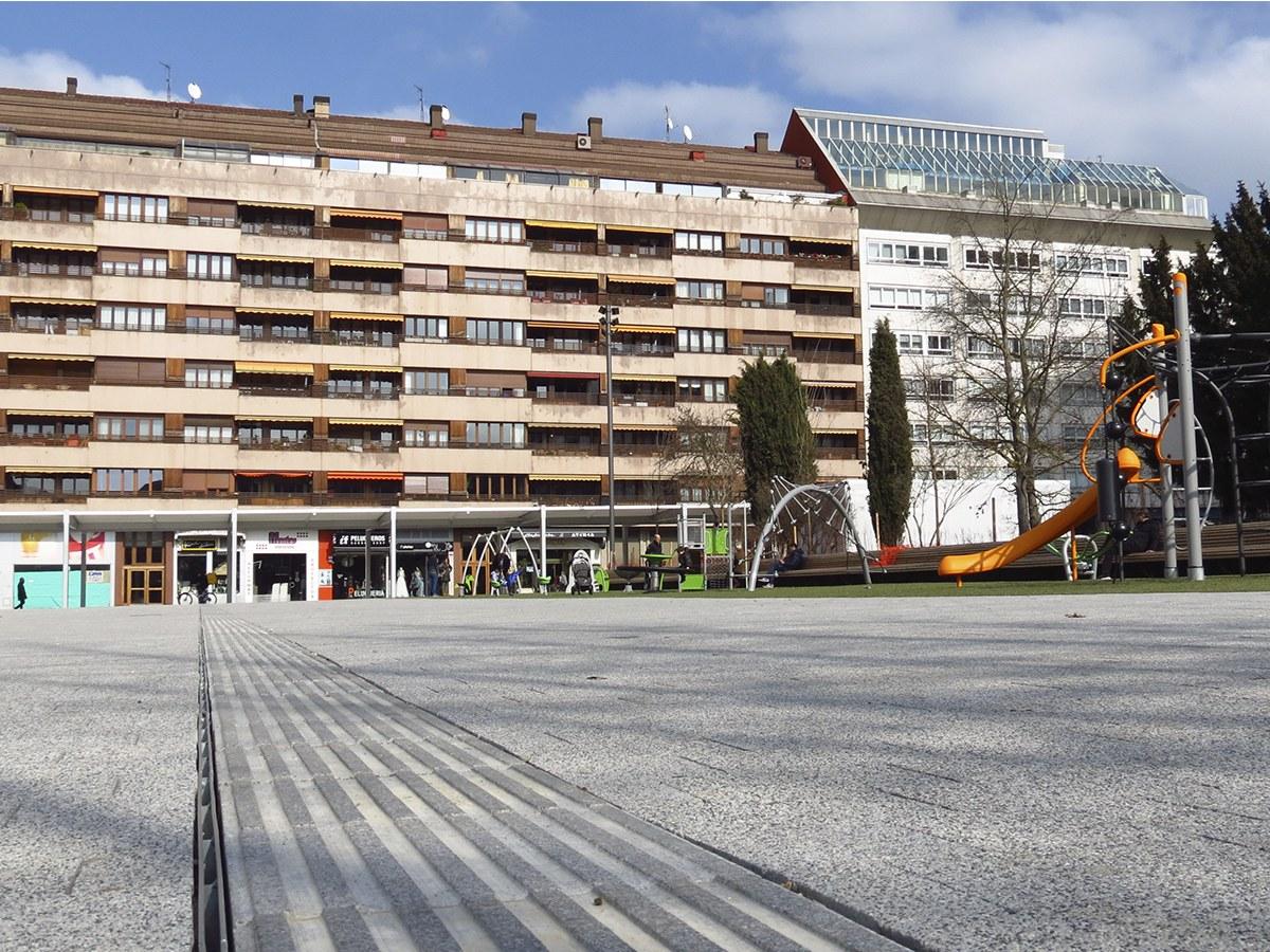 ULMA-rinnen auf der renovierten Plaza Santa Barbara in Vitoria-Gasteiz