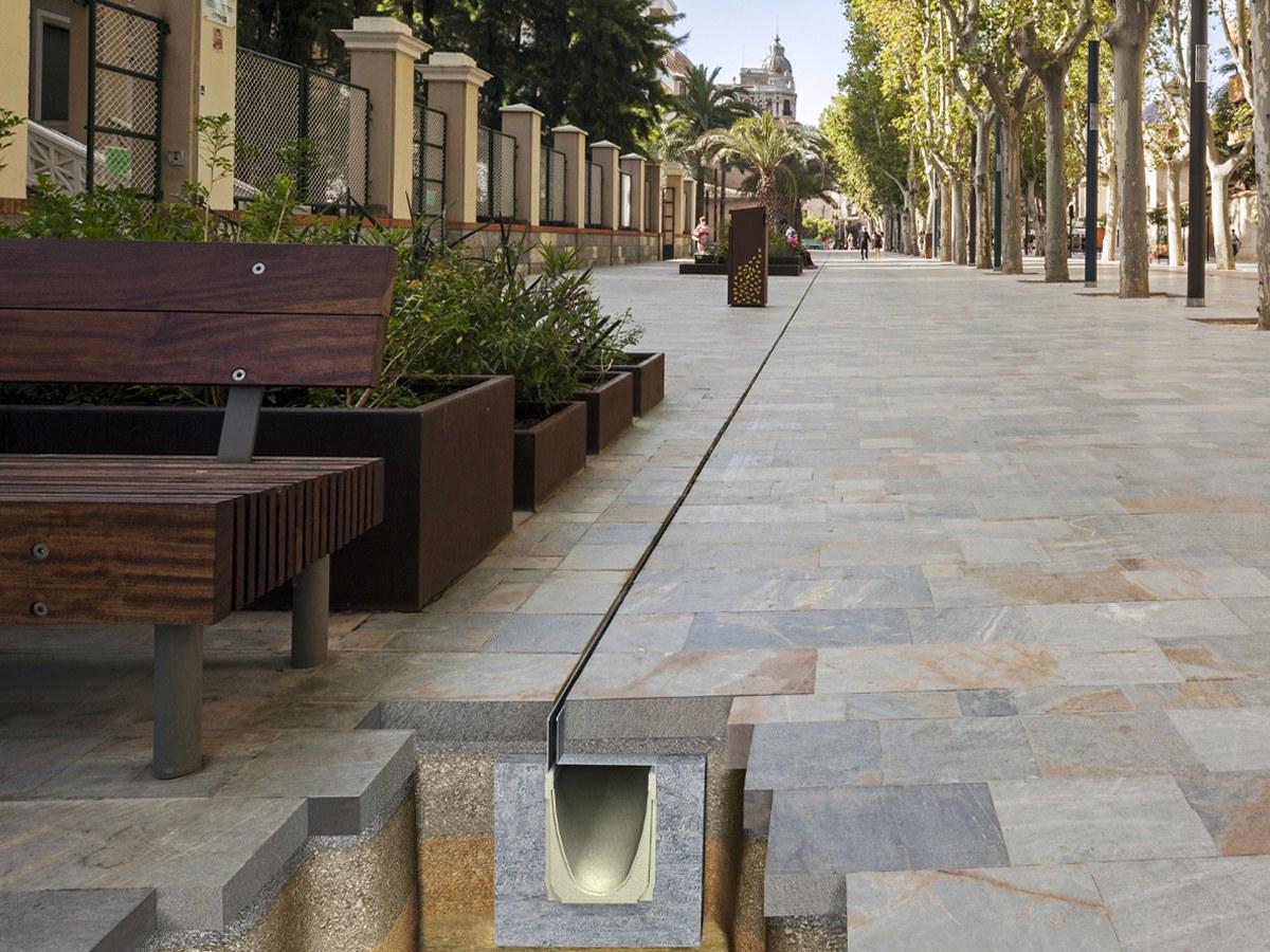 Verborgene ULMA-Entwässerung für die Umgestaltung zum Fußgängerbereich in der Avenida Alfonso X El Sabio in Murcia, Spanien.
