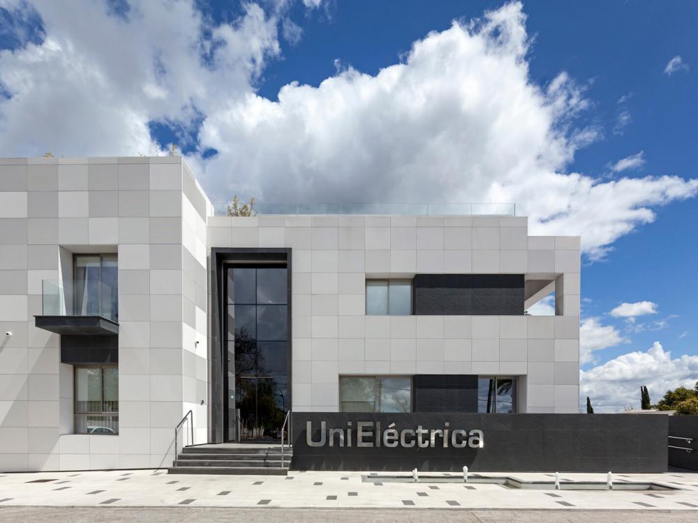 Hinterlüftete Fassade aus Polymerbeton von ULMA im neuen nationalen Hauptsitz von Unieléctrica, Córdoba