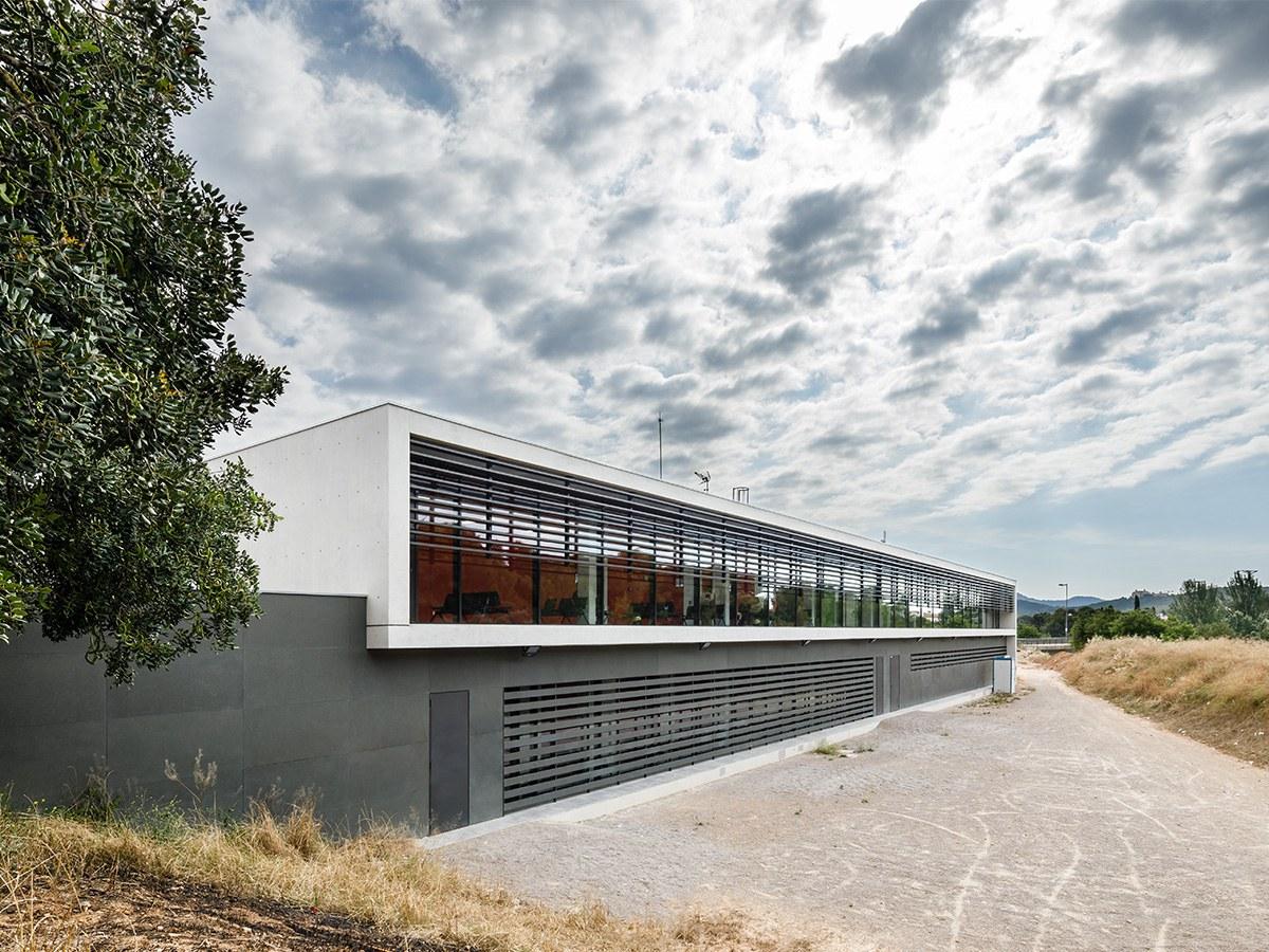 Hinterlüftete ULMA-Fassade im Zentrum für Primärversorgung Josep Beltrán y Miret in Sant Pere de Ribes, Barcelona