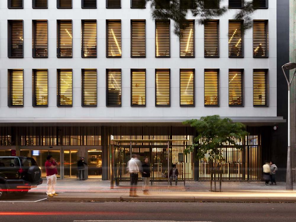 Sanierung mit der hinterlüfteten Fassade von ULMA in Barcelona
