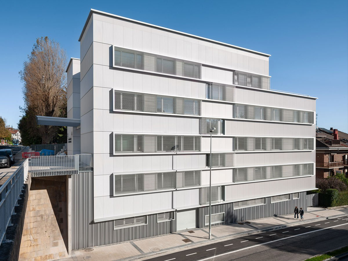 Wie schafft man eine weiße, aber dynamische Fassade, Gesundheitszentrum in Aiete, Donostia-San Sebastián.