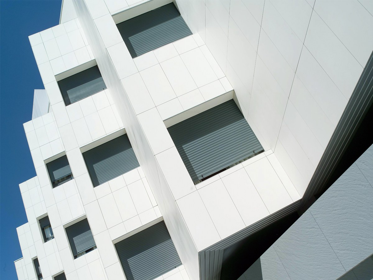 NUEVO PARQUE Health Clinic with engineered stone ventilated facade