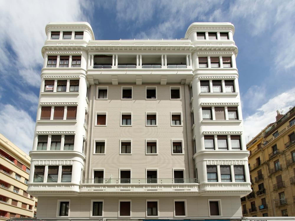 Energy efficient restoration of a classic building maintaining its appearence