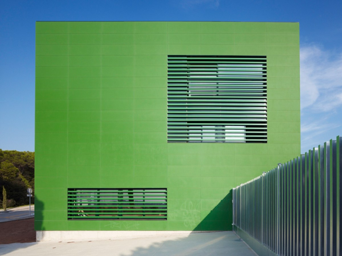 Colorful  Elemantary School facade with ULMA's engineered stone