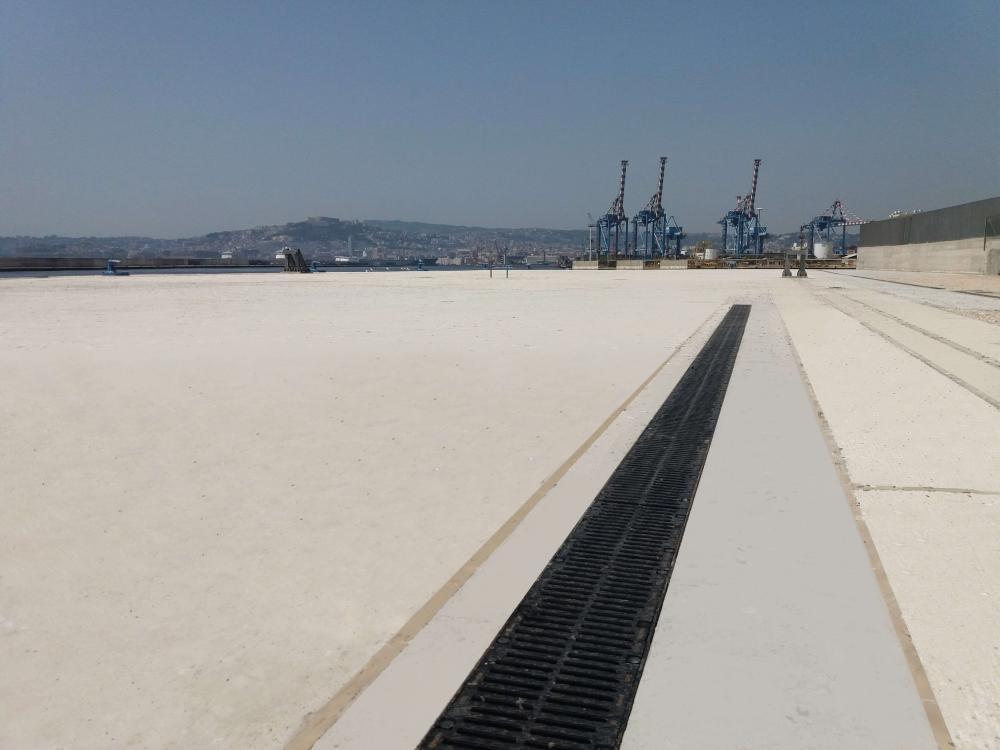 Canales de drenaje ULMA en el puerto de Nápoles, Italia