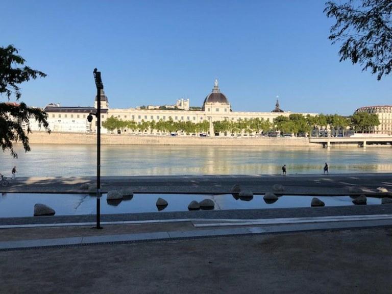 Caniveaux MultiV + avec système Rapidlock dans l'emblématique Grand Hôtel Dieu (Lyon)