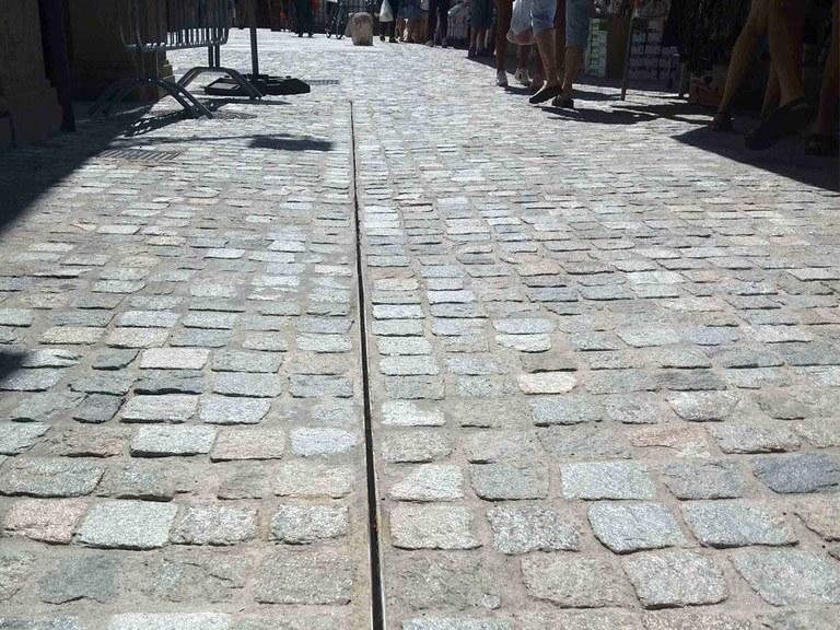 Drenaje oculto en la Vía principal de Castelfranco Emilia en Módena, Italia