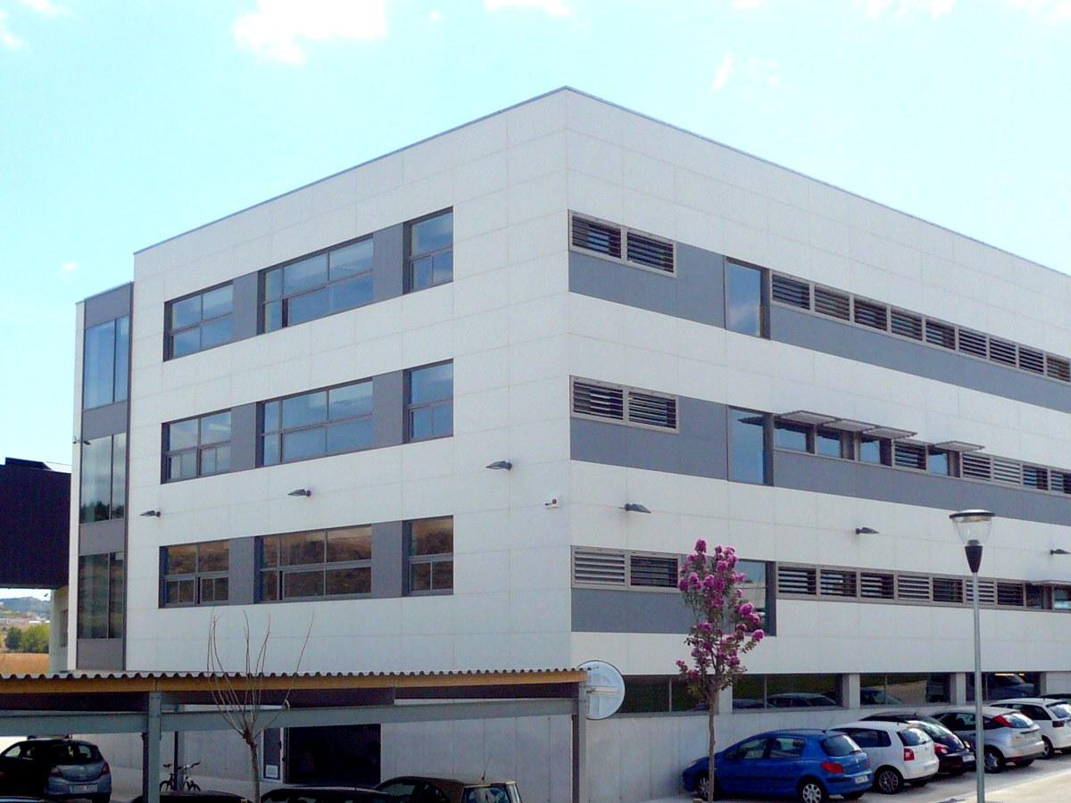 Fachada Blanca para el Edificio INGETEAM en Navarra