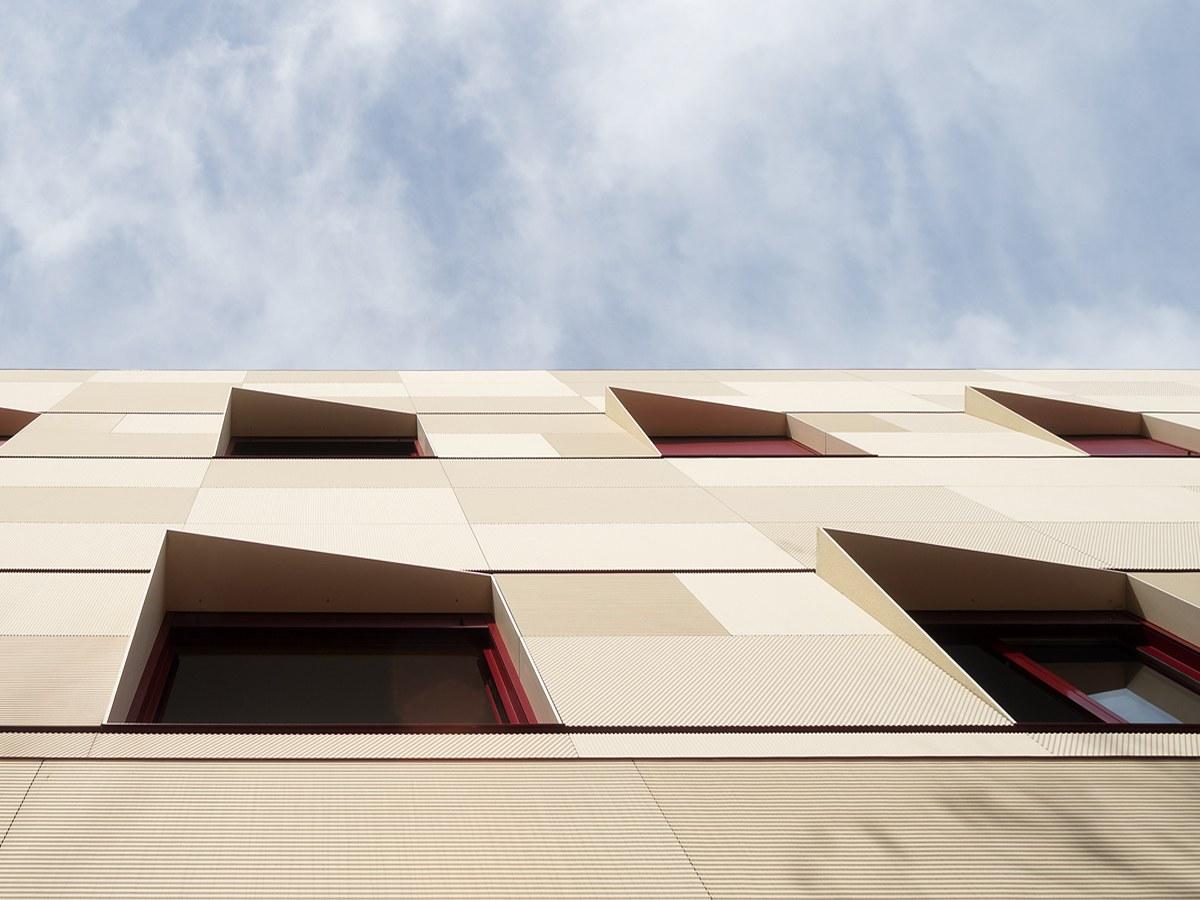 Fachada ventilada ULMA con efecto óptico en el Centro de Acogida Santa María de la Paz