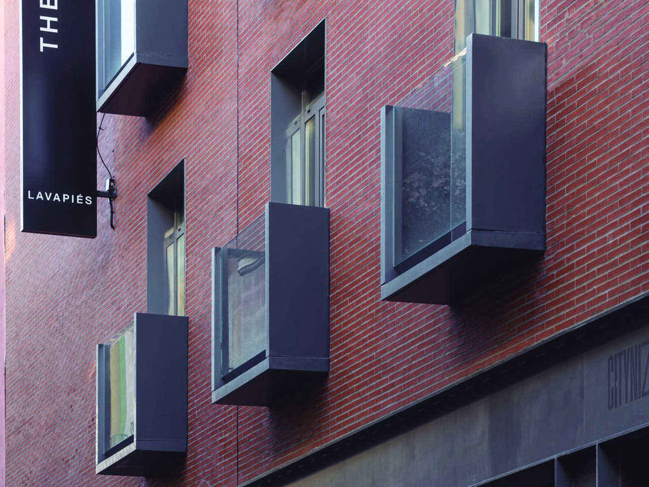 Balcón prefabricado moderno para el hostal Central House en Madrid