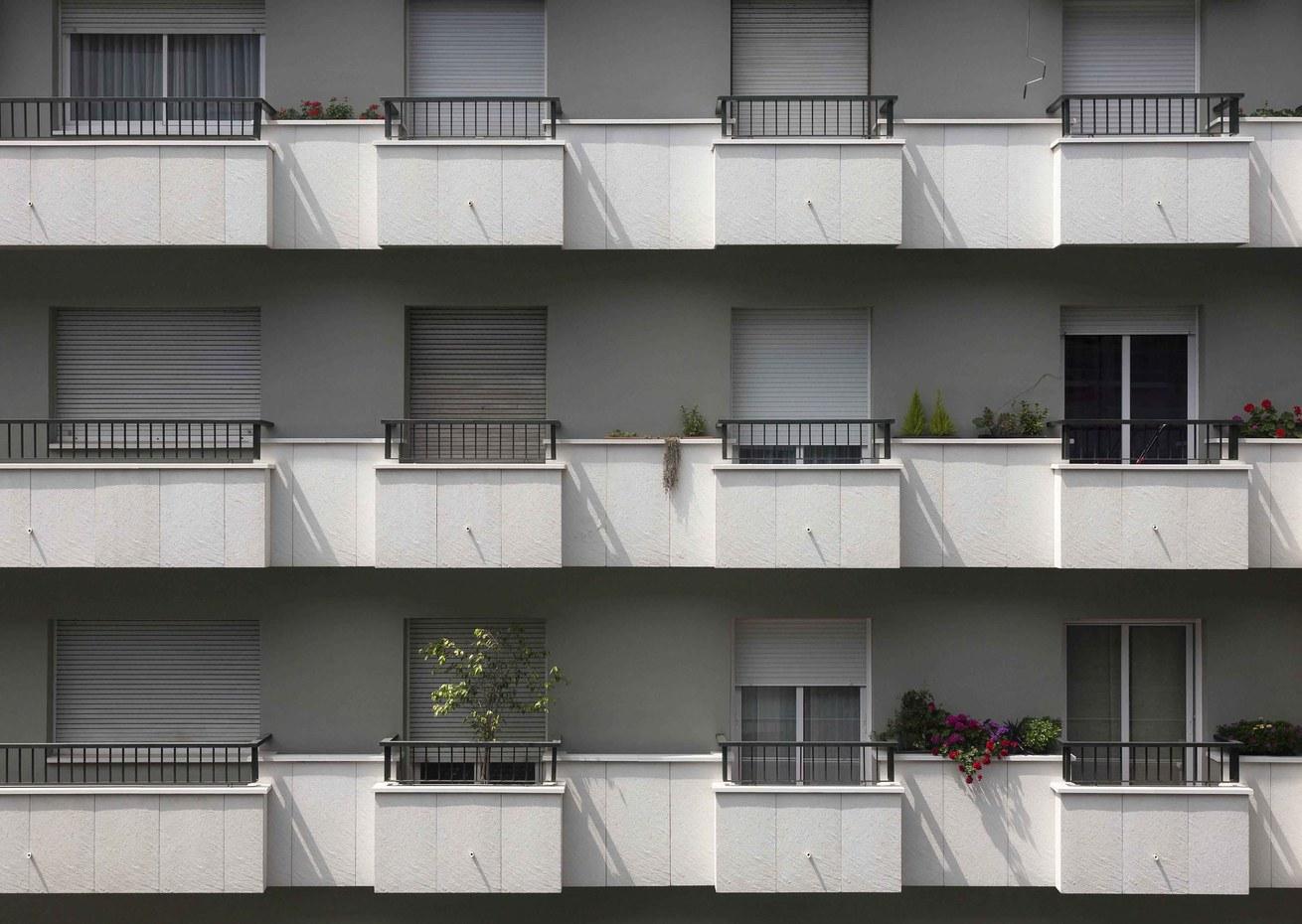 Rehabilitación de frentes de balcón con textura pizarrosa