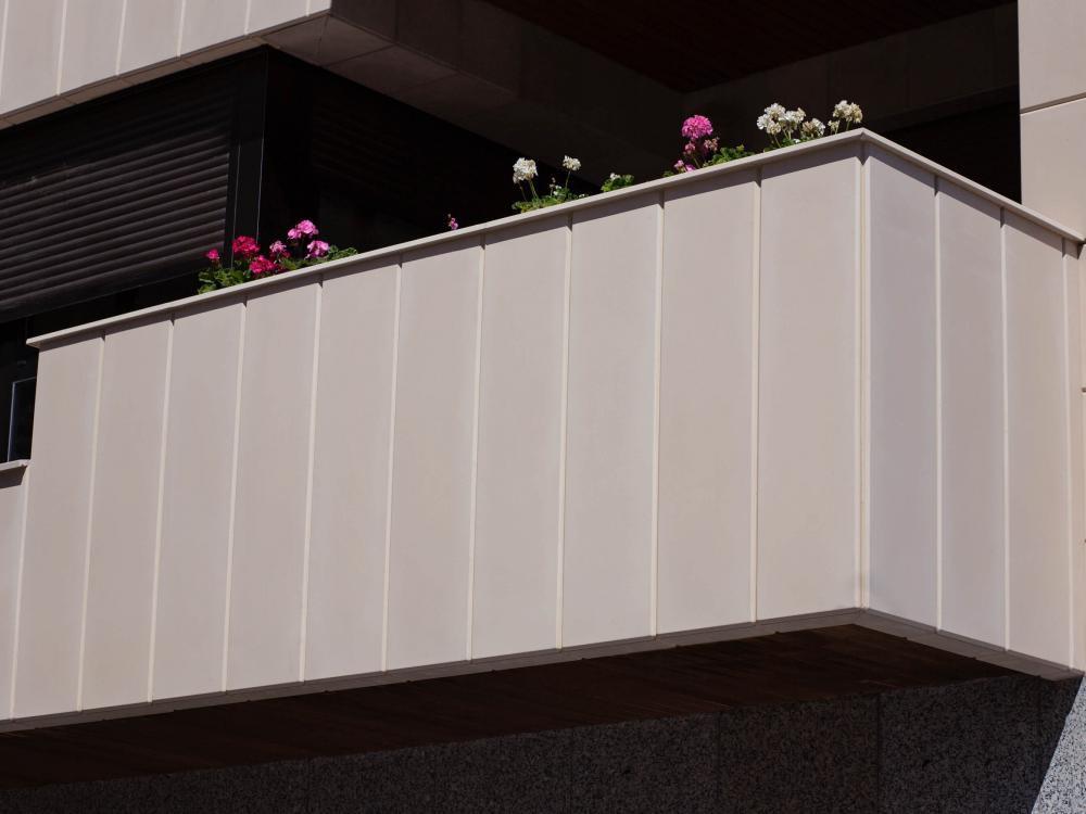 Rehabilitación de viviendas en Alcoy con frentes de terraza  a medida