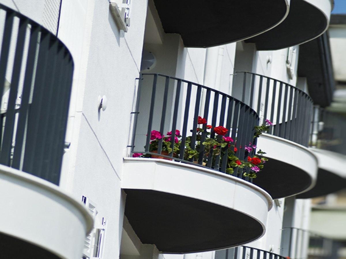 Frente de terraza curvo personalizado en San Sebastian