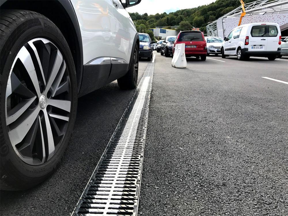 Le Géant Casino Saint-Étienne équipe son parking extérieur de caniveaux de drainage ULMA MultiV+200