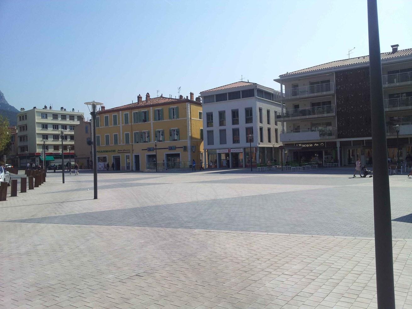 Place Jean Jaures -La Valette du Var avec Grille à fente
