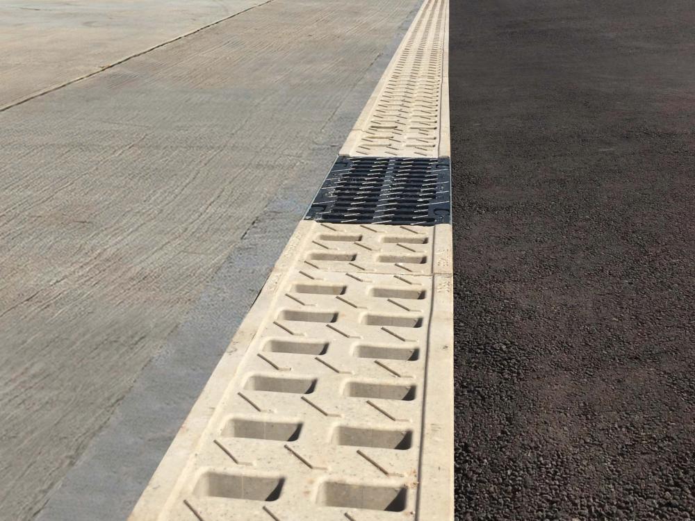 Canais de drenagem KompaqDrain® na sede de Brasdiesel, concessionária  Scania, no Rio Grande do Sul