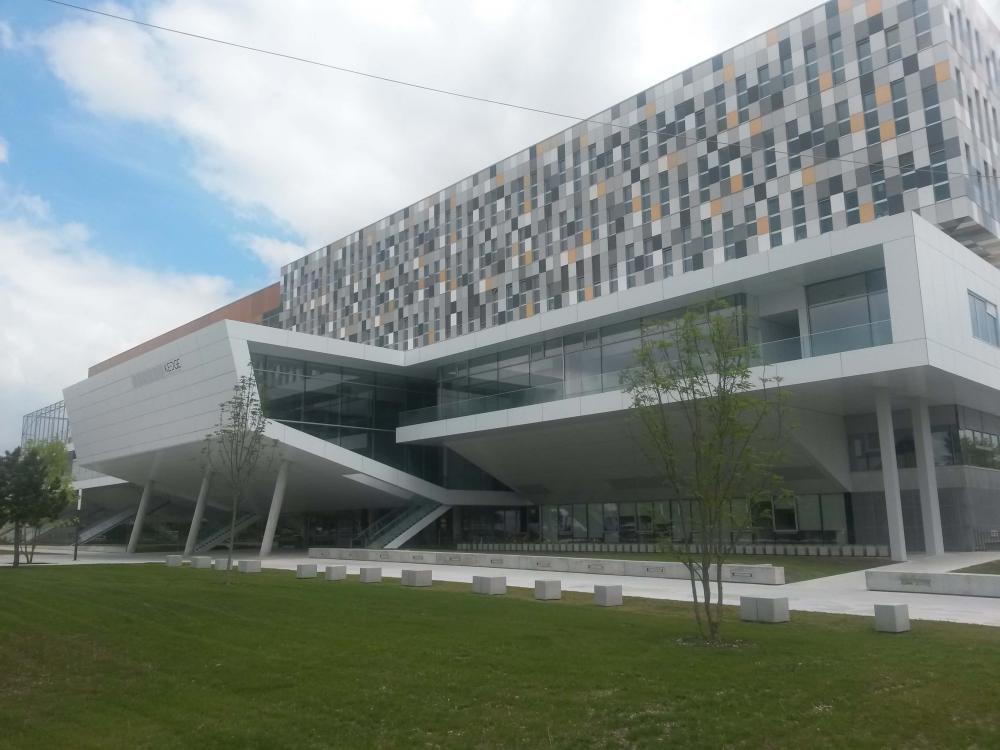 Grelha ranhurada ULMA no campus da Kedge Business School em Bordeaux-França