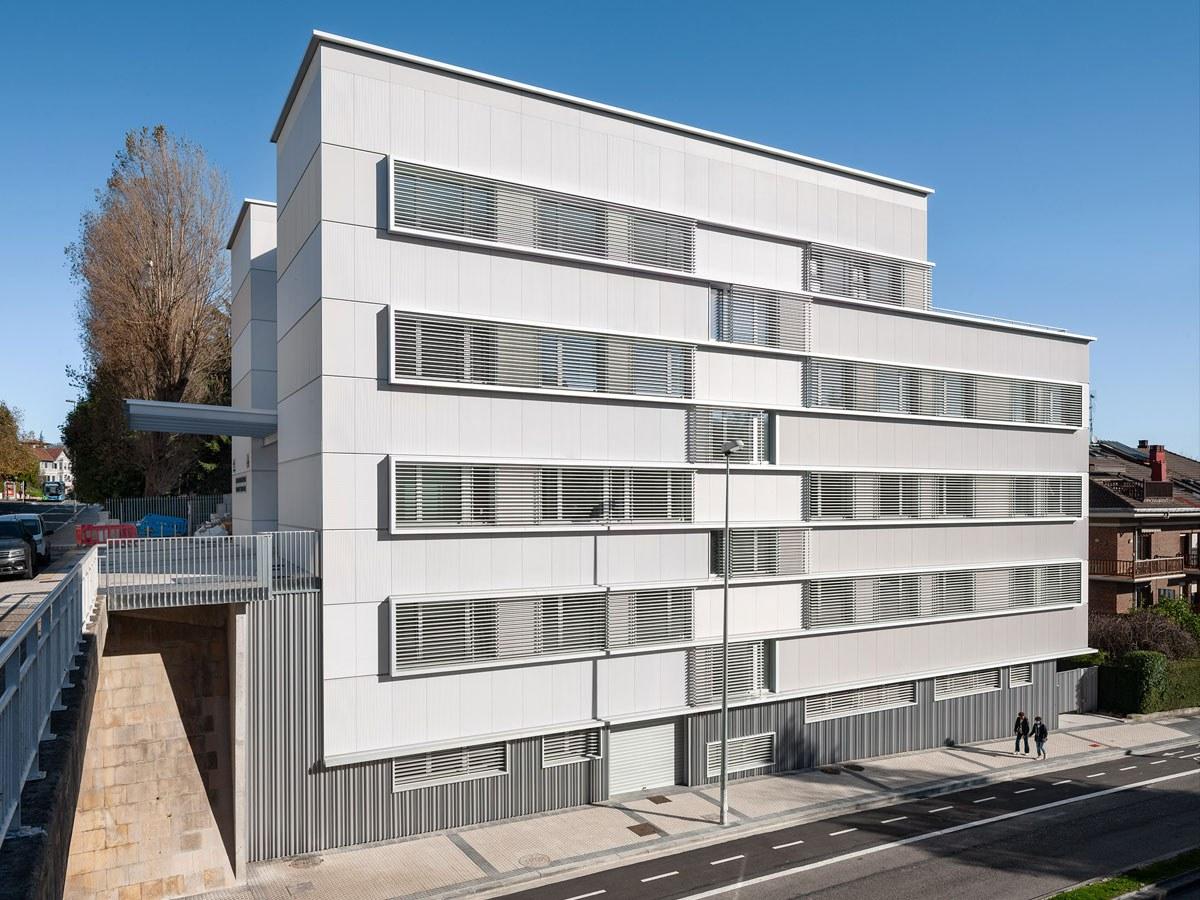Como conseguimos uma fachada branca, mas dinâmica: Centro de Saúde em Aiete, Donostia-San Sebastián.