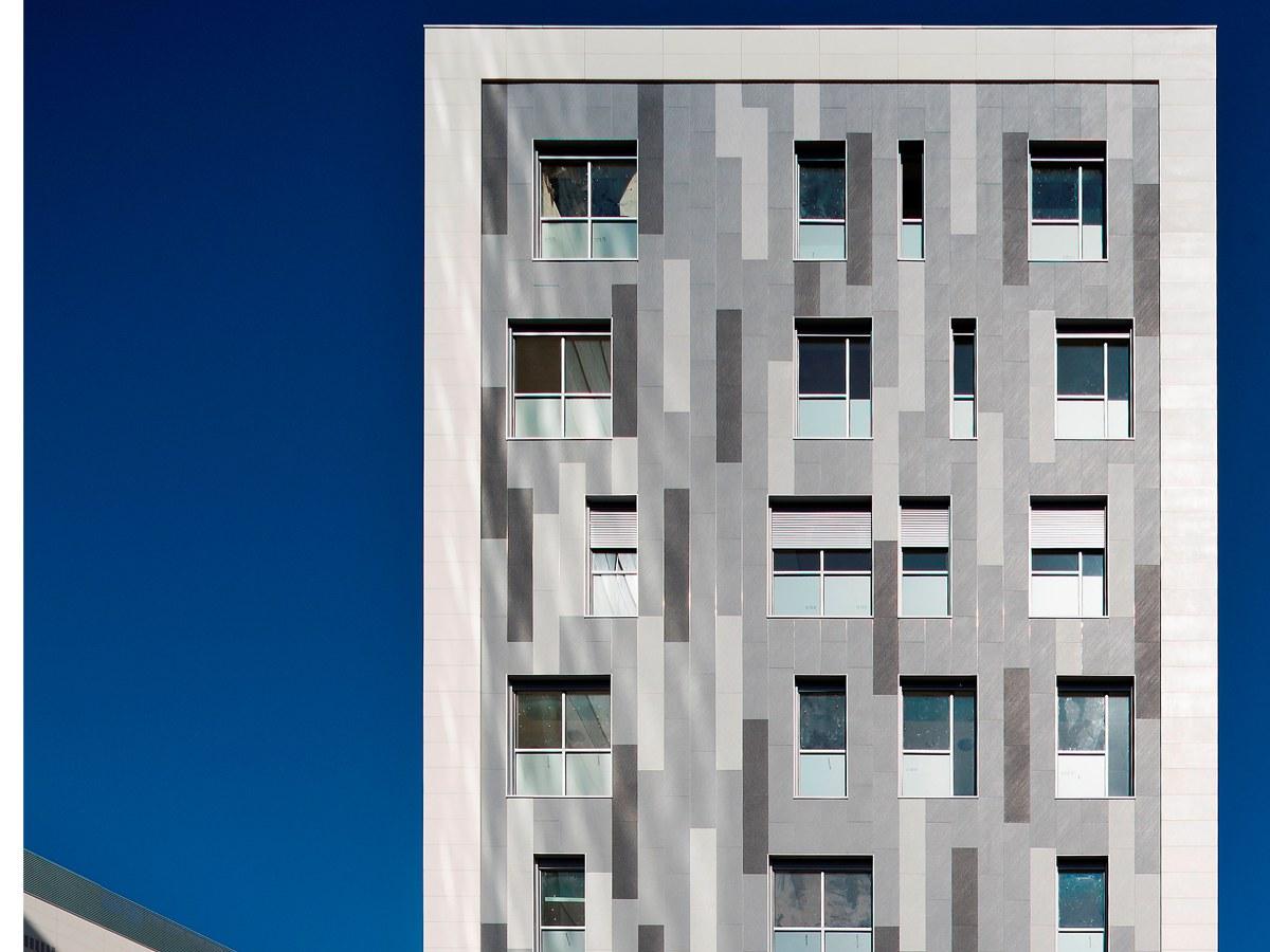 Hospital Numancia, com sistema de fachada vertical e horizontal