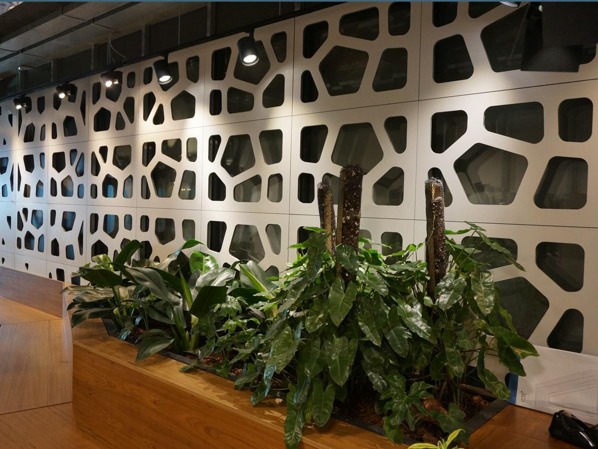 Perfurações criativas na nova sede do CTE - Centro de Tecnologia de Edificações em São Paulo