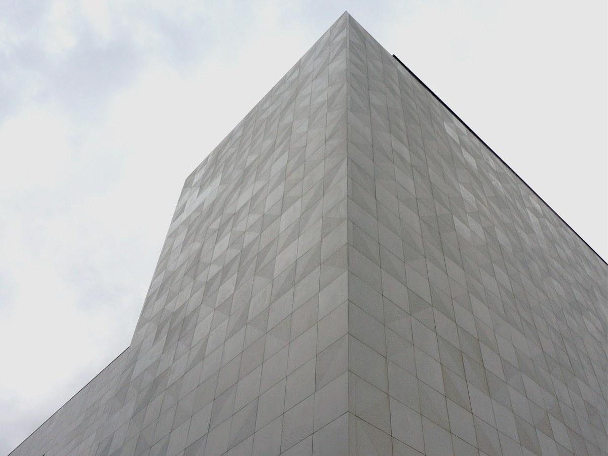 Shopping Jardim de Pamplona com Fachada Ventilada ULMA em concreto polímero