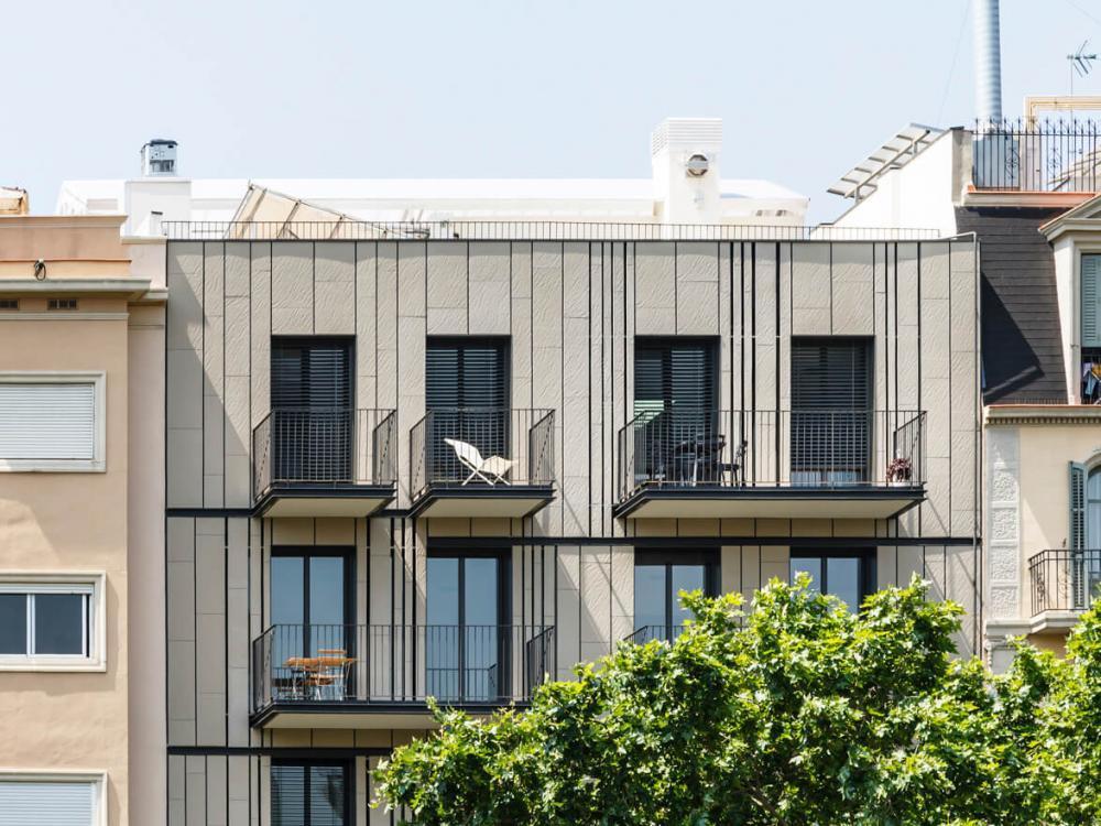 Solução de lâminas verticais  com junta de 20 mm para residência entre medianeiras